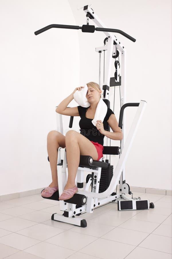 Jonge blonde vrouw na training in gymnastiek royalty-vrije stock foto