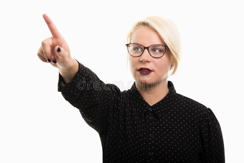 Jonge blonde vrouwelijke leraar die glazen dragen die onzichtbare touc gebruiken royalty-vrije stock afbeeldingen