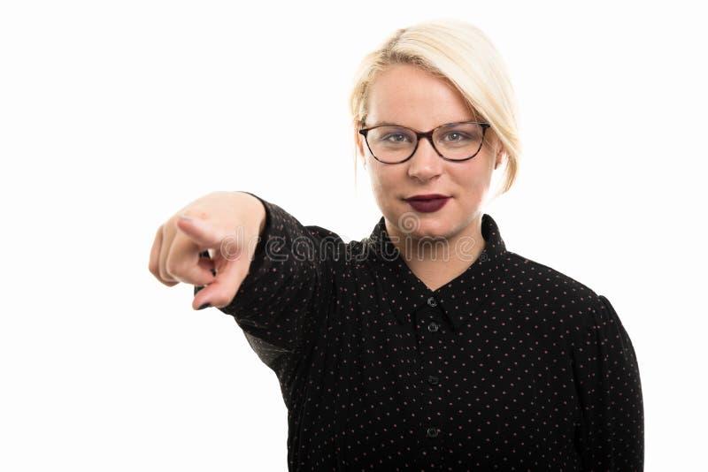Jonge blonde vrouwelijke leraar die glazen dragen die vinger richten royalty-vrije stock fotografie