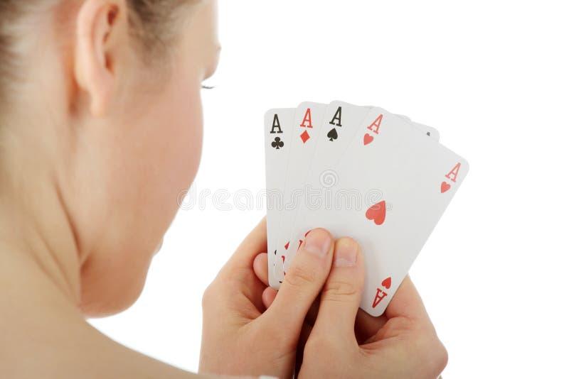 Jonge blonde vrouwenspeelkaarten stock foto's