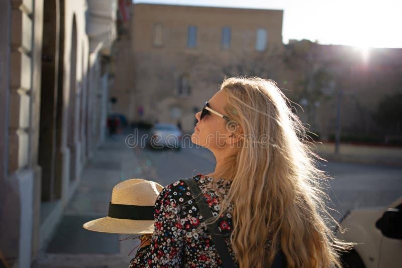 Jonge blondevrouw die op straten in Valletta lopen royalty-vrije stock foto's