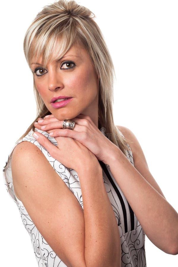 Jonge blondevrouw die uitstekende kleding dragen stock afbeelding