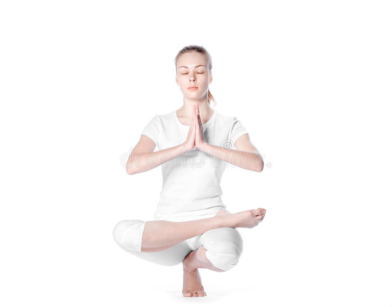 Jonge blondevrouw die yoga op witte achtergrond doen stock afbeelding