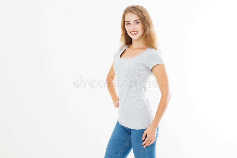Jonge blondevrouw met geschikt slank lichaam in lege die malplaatjet-shirt en jeans op witte achtergrond worden geïsoleerd Huid e royalty-vrije stock fotografie