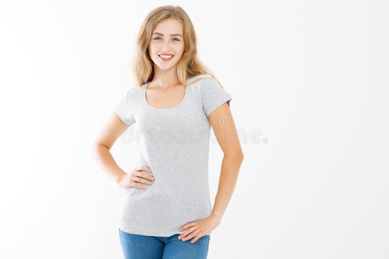 Jonge blondevrouw met geschikt slank lichaam in lege die malplaatjet-shirt en jeans op witte achtergrond worden geïsoleerd Huid e stock foto's