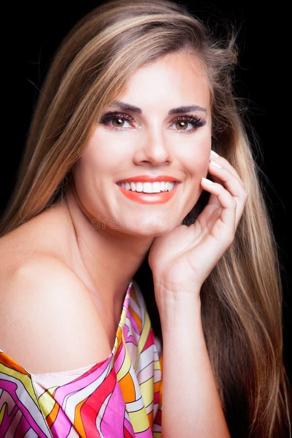 Jonge blondevrouw met het perfecte witte schot van de glimlachstudio royalty-vrije stock afbeeldingen