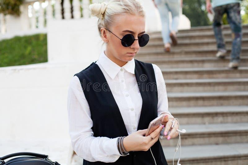 Jonge blondevrouw in zonnebril stock foto