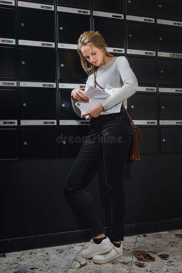 Jonge blondiebrievenbesteller royalty-vrije stock foto