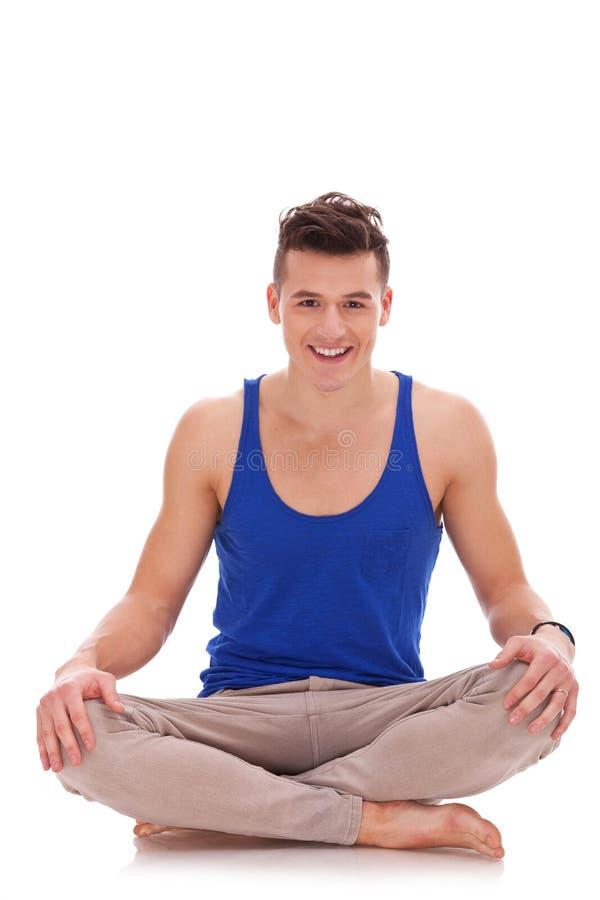 Jonge blootvoetse mens in een yogapositie royalty-vrije stock fotografie