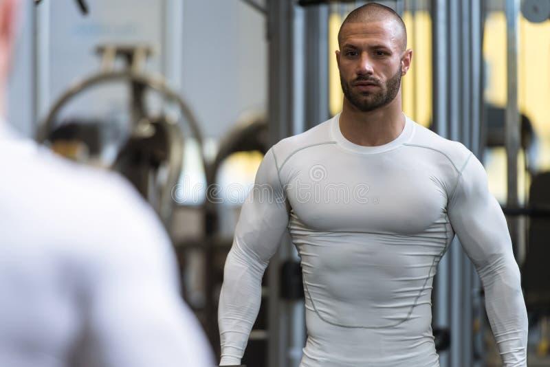 Jonge Bodybuilder die Bicepsen met Domoren uitoefenen royalty-vrije stock fotografie