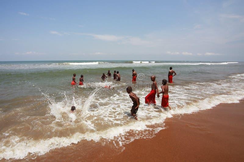 Jonge Boeddhisten bij oceaan stock afbeeldingen