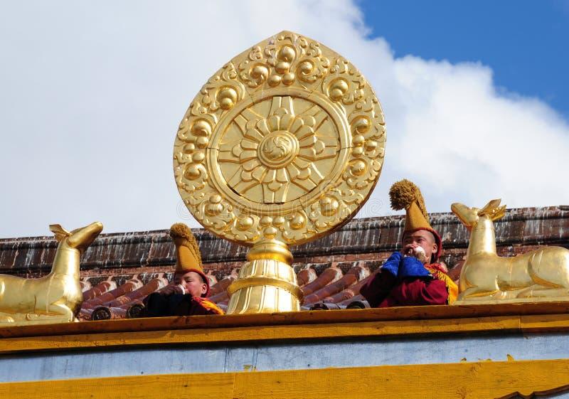 Jonge Boeddhistische monniken die de kroonslak blazen royalty-vrije stock foto's