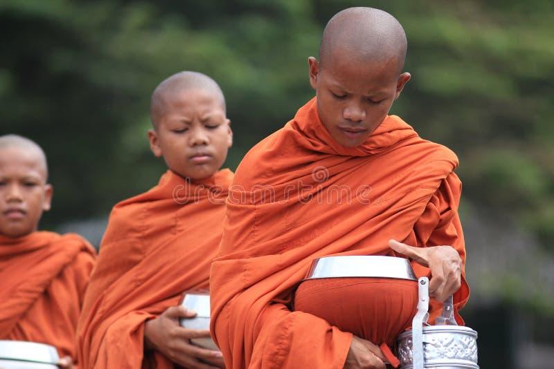 Jonge boeddhistische monniken in Kambodja stock afbeelding