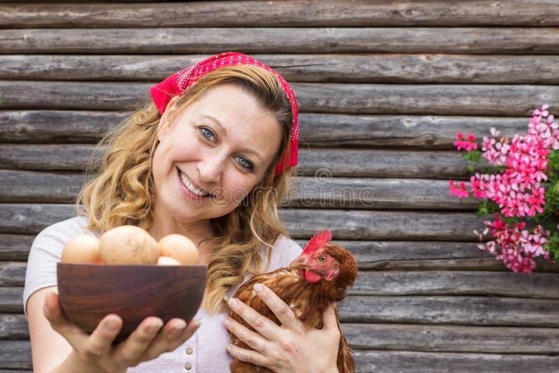 Jonge boervrouw met een kip royalty-vrije stock fotografie