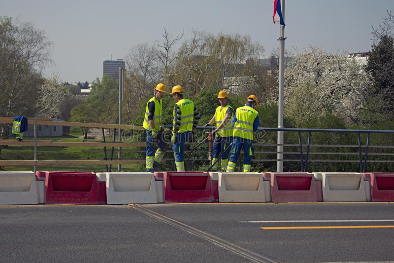 Jonge bouwvakkers met pneumatische hamer stock foto's