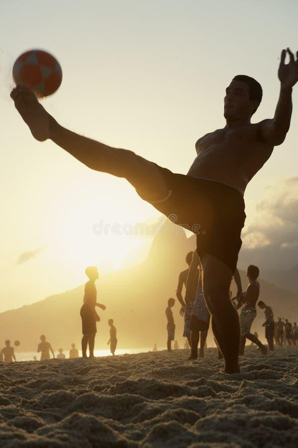 Jonge Brazilianen die Keepy Uppy Altinho Rio spelen stock afbeeldingen
