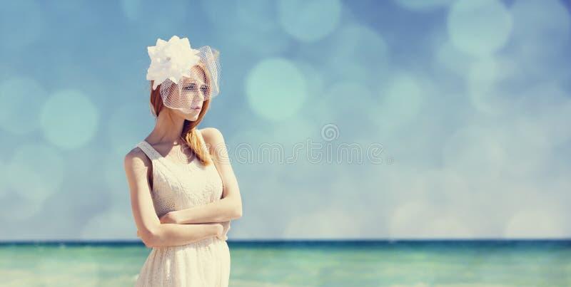 Jonge bruid bij blauwe hemelachtergrond. stock afbeeldingen