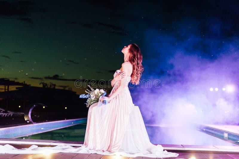 Jonge bruid in de kleding van het luxehuwelijk avond royalty-vrije stock foto's