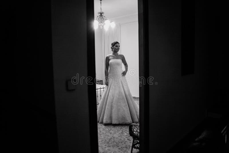 Jonge bruid die gekleed worden stock foto