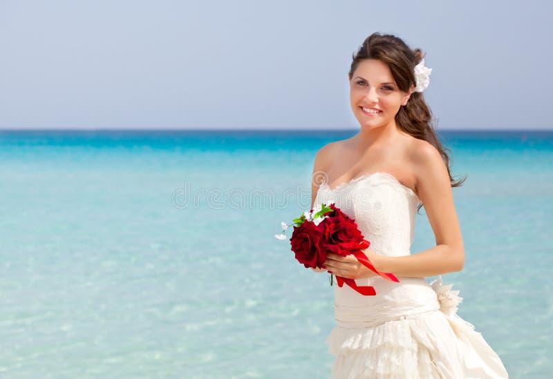 Jonge bruid en blauwe overzees royalty-vrije stock afbeeldingen