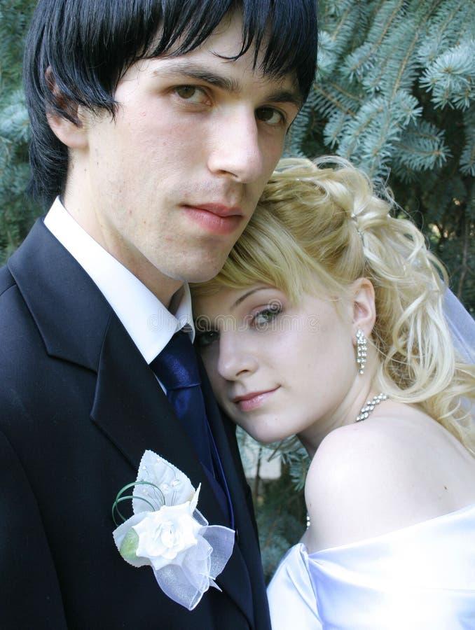 Jonge bruid en bruidegom stock foto's