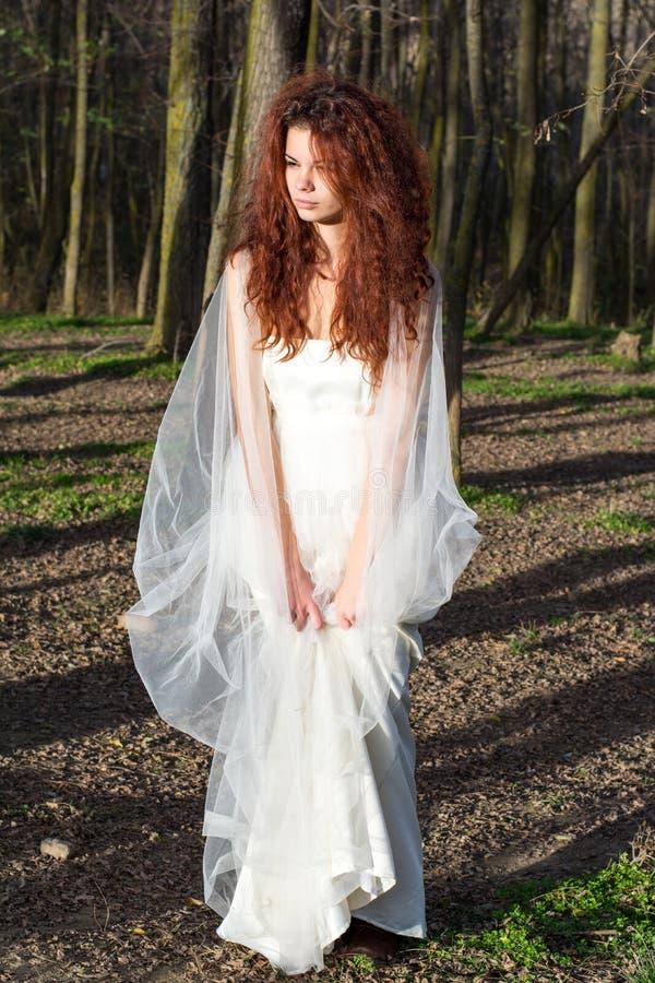 Jonge bruid in het bos stock foto's