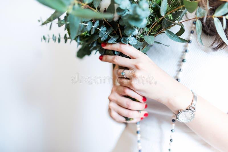 Jonge bruid met modern boeket stock fotografie