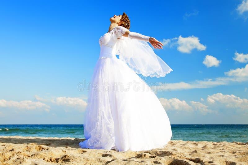 Jonge bruid op het strand stock afbeelding