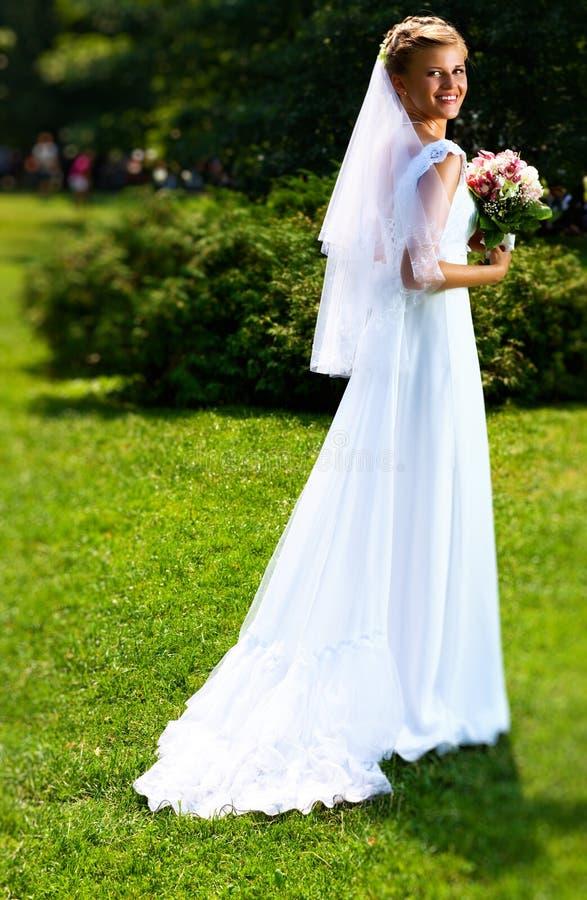 Jonge bruid in park royalty-vrije stock afbeeldingen