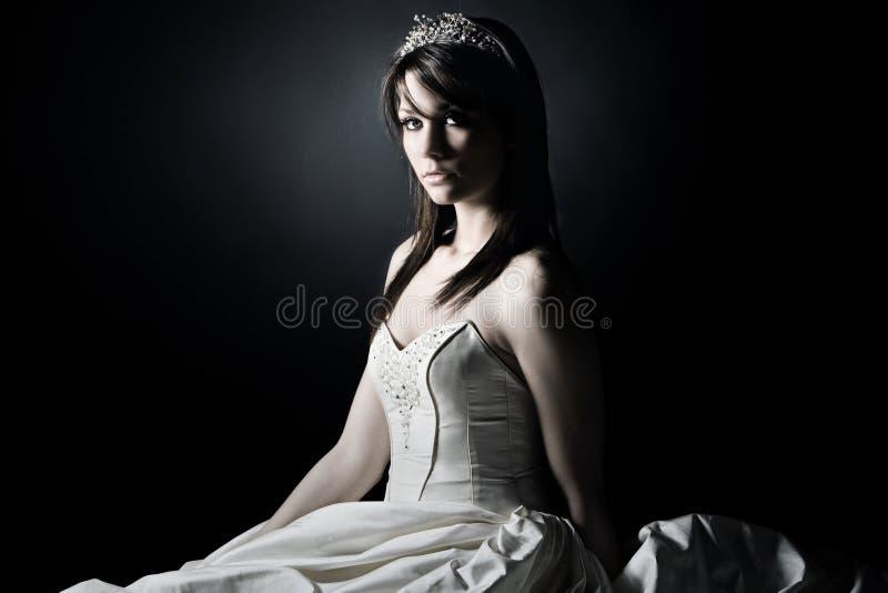 Jonge Bruid tegen grijze achtergrond stock foto's