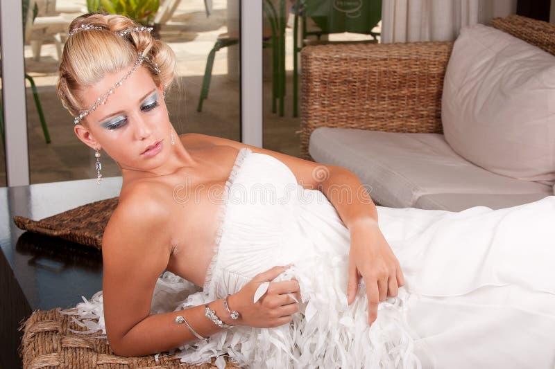 Jonge bruid in witte kleding stock foto's