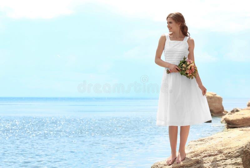 Download Jonge Bruid In Witte Toga Die Zich Met Boeket Bevinden Stock Foto - Afbeelding bestaande uit bruid, kaukasisch: 107702552