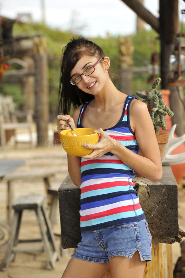 Jonge Brunette die Gezonde Snack eet royalty-vrije stock afbeelding