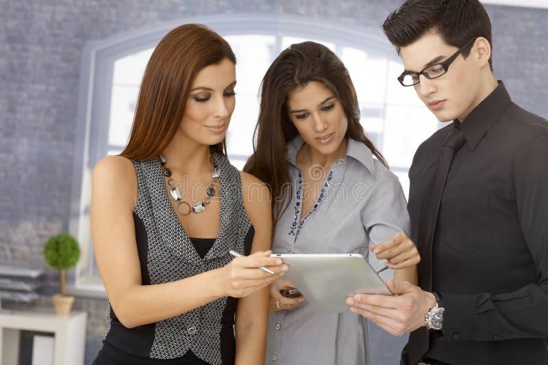Jonge businesspeople die samenwerkt royalty-vrije stock afbeeldingen