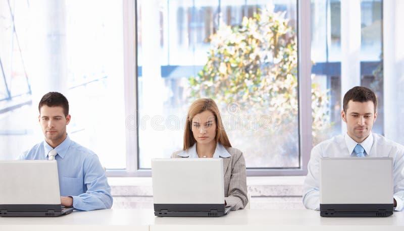 Jonge businesspeoplezitting in vergaderingsruimte royalty-vrije stock fotografie