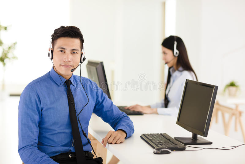 Jonge call centreagent die in bureau werken royalty-vrije stock afbeelding