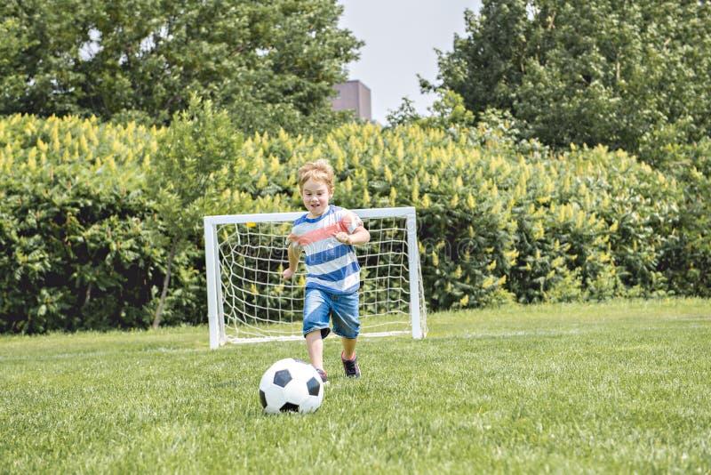Jonge caucassian voetballervoetbal buiten stock afbeelding
