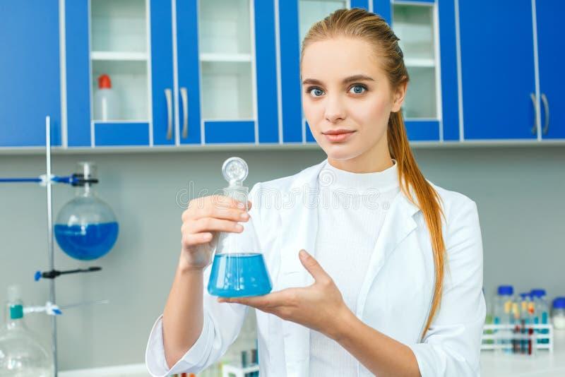 Jonge chemieleraar in bol van de het werk de bevindende holding van het schoollaboratorium royalty-vrije stock fotografie