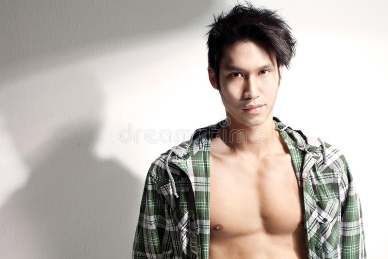 Jonge Chinese mannelijke model baring borst, houding royalty-vrije stock afbeeldingen