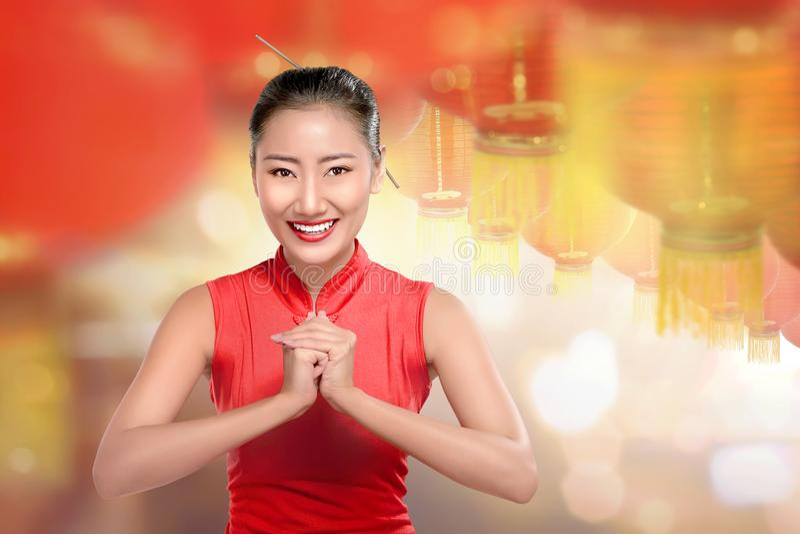 Jonge Chinese vrouw in cheongsamkleren met rode lantaarns royalty-vrije stock afbeeldingen