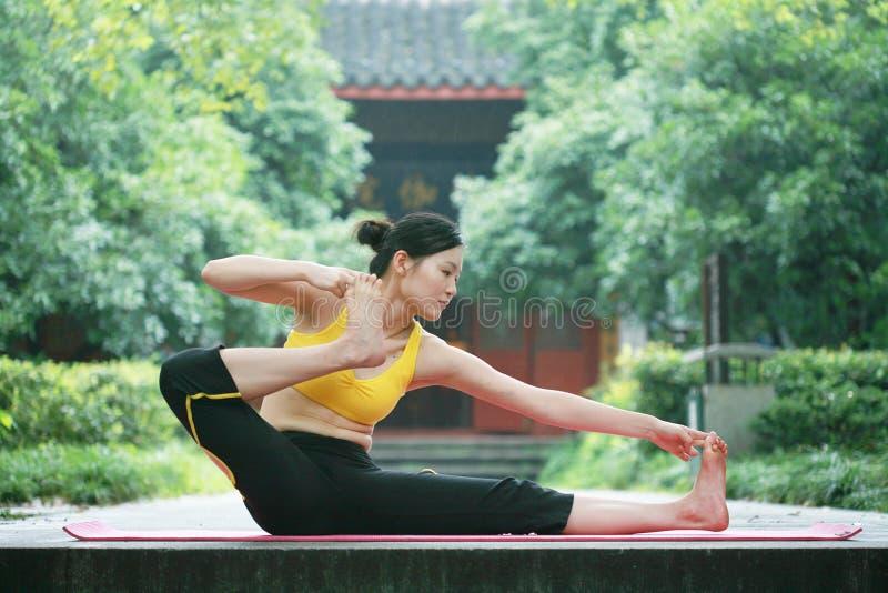 Jonge Chinese vrouw het praktizeren yoga openlucht royalty-vrije stock foto's