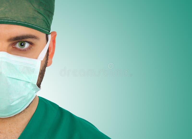 Jonge chirurg die en camera staren bekijken stock foto