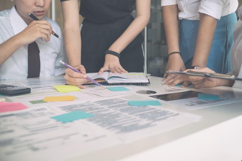 Jonge Commerciële vergadering die aan opstarten van bedrijven, bedrijfsbespreking spreken royalty-vrije stock afbeeldingen