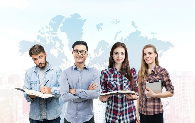 Jonge commercieel team en wereldkaart royalty-vrije stock foto's