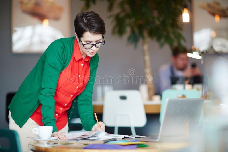 Jonge Creatieve Ontwerper Making Notes in het Werk stock foto's
