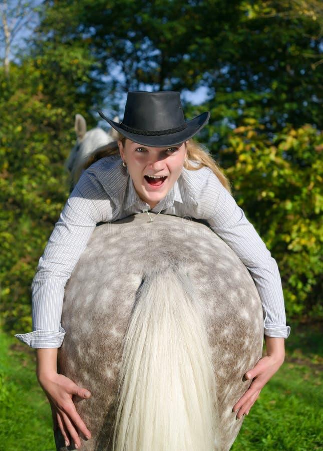 Jonge Dame die een paard berijdt stock foto