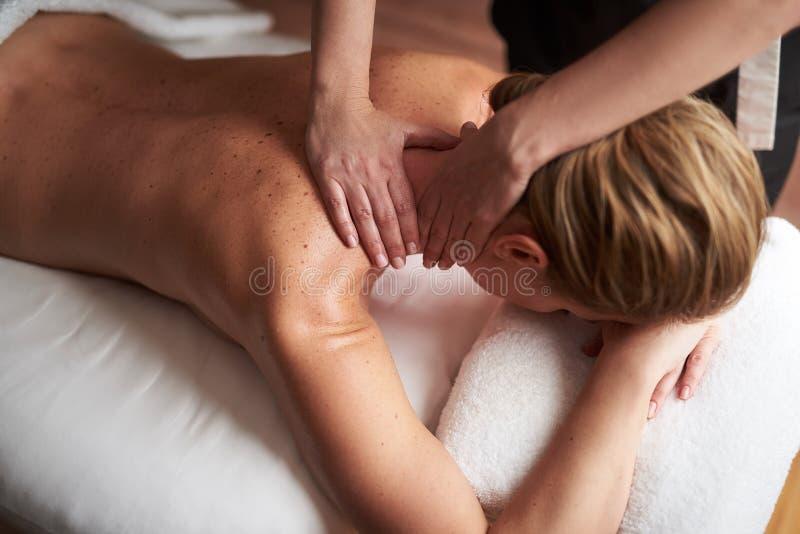Jonge dame die gezonde massage van hals hebben royalty-vrije stock fotografie
