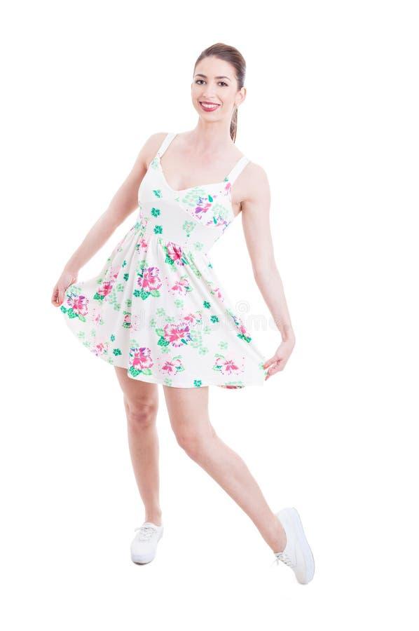 Jonge dame die haar de zomerkleding tonen als studio het stellen royalty-vrije stock afbeeldingen