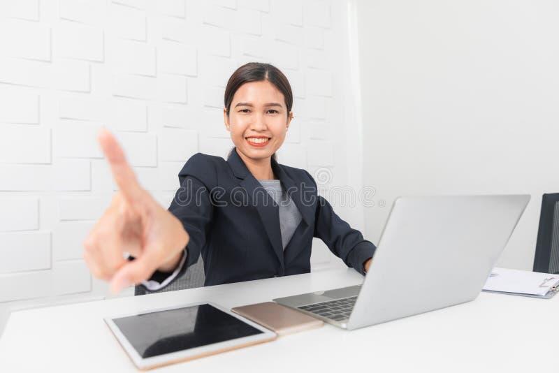 Jonge dame die op kantoor werken royalty-vrije stock fotografie
