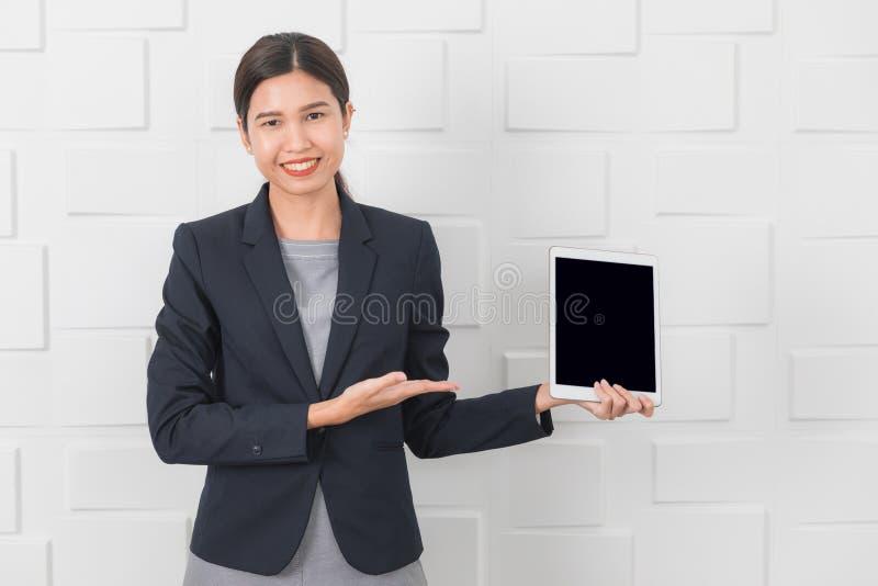Jonge dame die op kantoor werken stock afbeelding